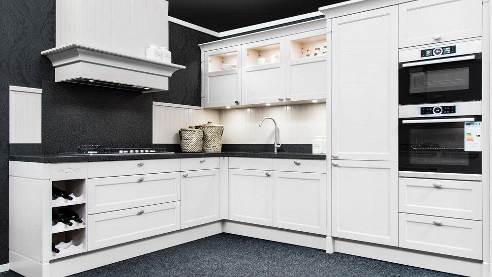 Bij deze 'hoekkeuken' zijn alle werkplekken binnen handbereik. Samen met de rechte keuken is dit de meest gekozen keukens. Een voordeel van de L-vormige keuken is dat er vaak veel ruimte is op het werkblad en dat je ook qua kastruimte goed uit de voeten kunt.