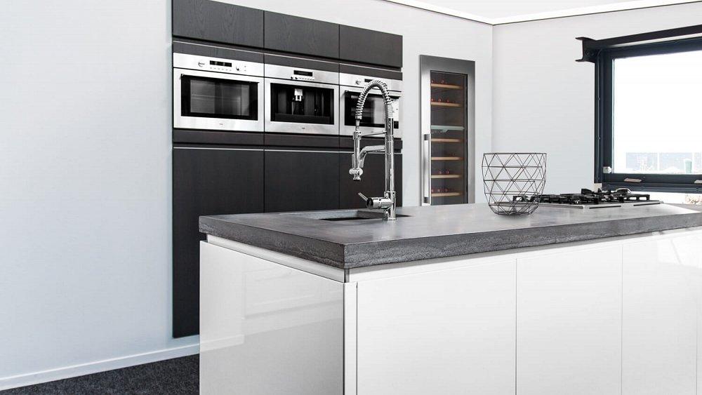 Wanneer er genoeg ruimte in de keuken is, is de keuken met kookeiland een zeer gewilde opstelling. Een kookeiland zorgt er namelijk voor dat je extra werkruimte hebt en ook in contact kunt blijven met de personen in de huiskamer of aan tafel.