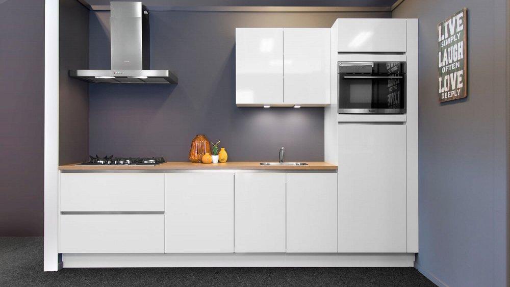 Bij een rechte keuken zit de 'werkdriehoek' op één rechte lijn. Deze keuken wordt vaak tegen een wand geplaatst in een wat kleinere ruimte. Om genoeg ruimte te hebben, wordt een werkblad van zeker 3 meter geadviseerd.