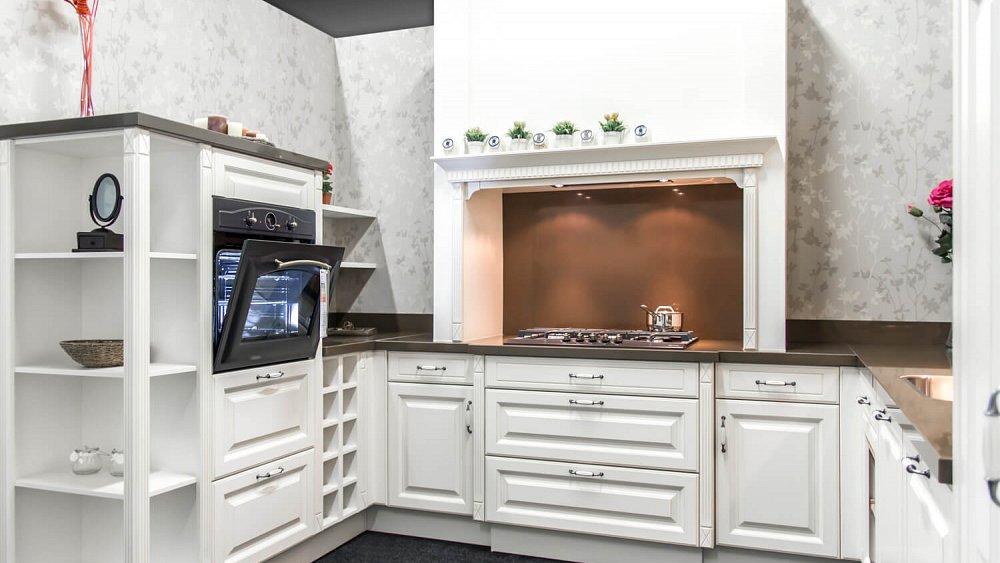 U-vormige keukenu-keuken Zoek jij een keuken met genoeg opbergruimte? Dan is de u-vormige keuken de ideale opstelling. Ook hier zitten de belangrijke werkplekken dichtbij elkaar en heb je alles binnen handbereik.